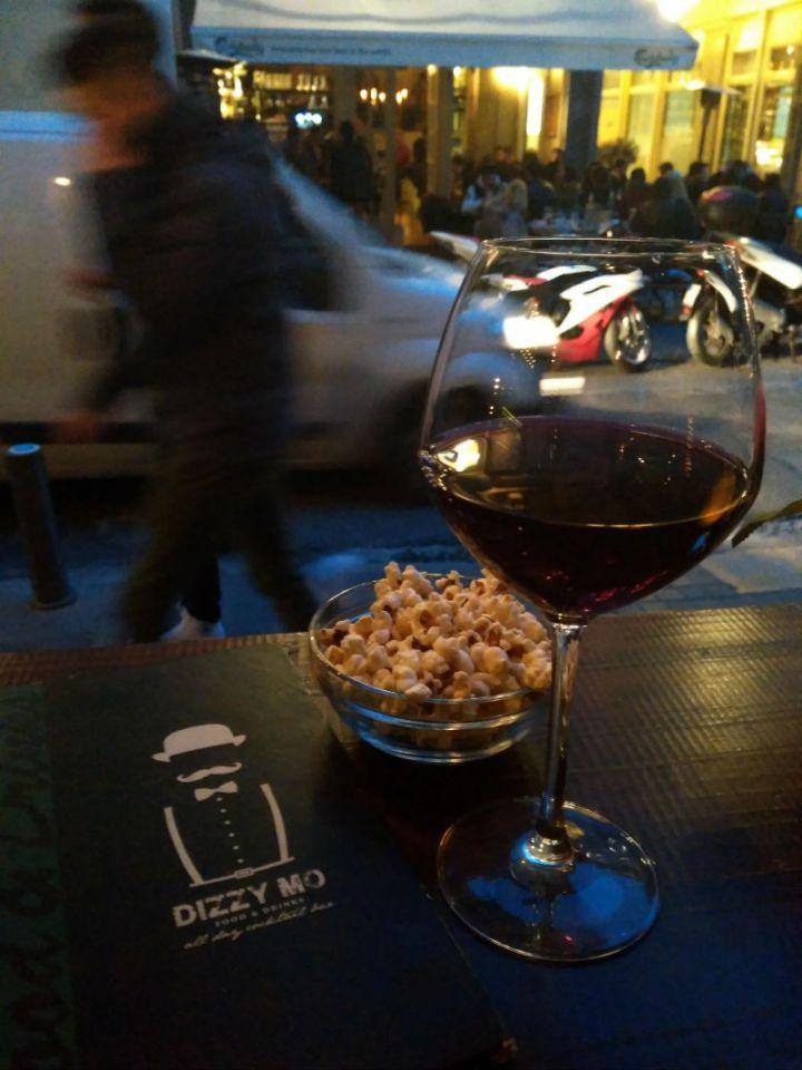 """טיול ליוון, איפה לשבת באתונה, פאבים באתונה, חופשה באתונה, טיסות לחו""""ל, טיפים לאתונה, סיוון סטרומזה, לטייל לבד"""