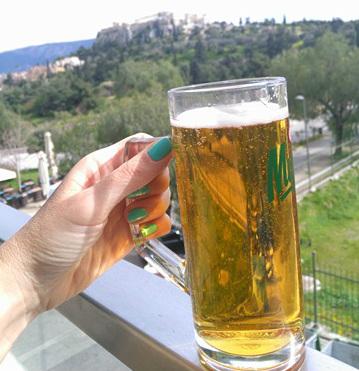 """טיול ליוון, בירה עם נוף, מסעדות באתונה, חופשה באתונה, טיסות לחו""""ל, טיפים לאתונה, סיוון סטרומזה, לטייל לבד"""
