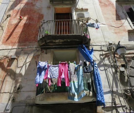 נאפולי, איטליה, סיוון סטרומזה, טיול לאיטליה, חופשה בנאפולי, לטייל לבד, GIRLS LOVE TRAVEL,טיסות לאיטליה, כביסה בנאפולי, אוכל איטלקי